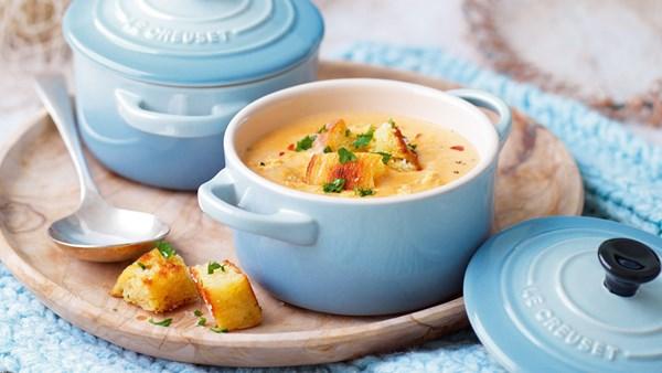 Spröd soppa med krabba och persiljekrutonger
